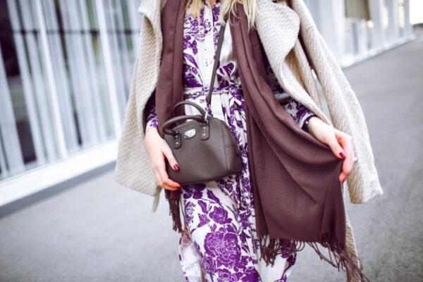 Mujer con bolso bandolera